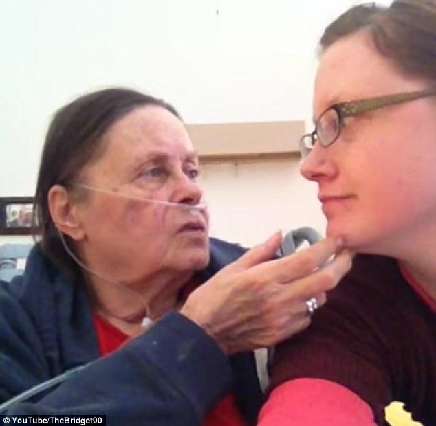 她PO影片求助「會唇語的人能幫我看看媽媽死前說了什麼嗎?」,網友含淚解密。