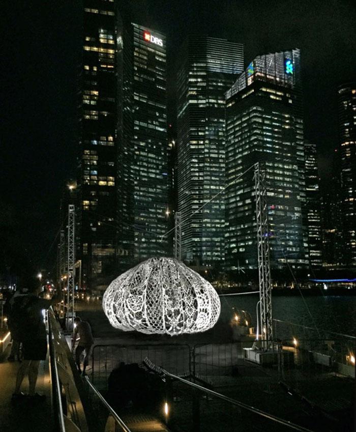 阿嬤做的?!新加坡濱海灣出現3個「飄浮發光蕾絲體」,為了最美原因「嚇大家」!
