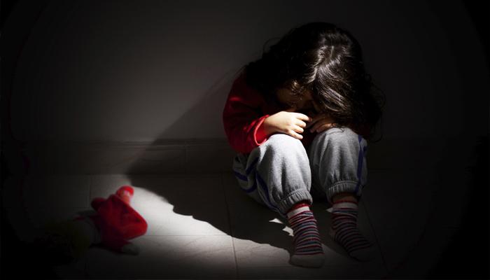 12歲女兒被狼父強暴後想去找母親找安慰,結果看到媽媽已經被勒死了。