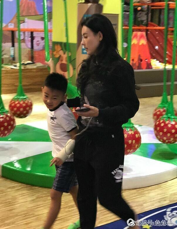 張柏芝帶小兒子「溫馨母子出遊照」曝光!網友眼尖狠酸「撞臉某人」!