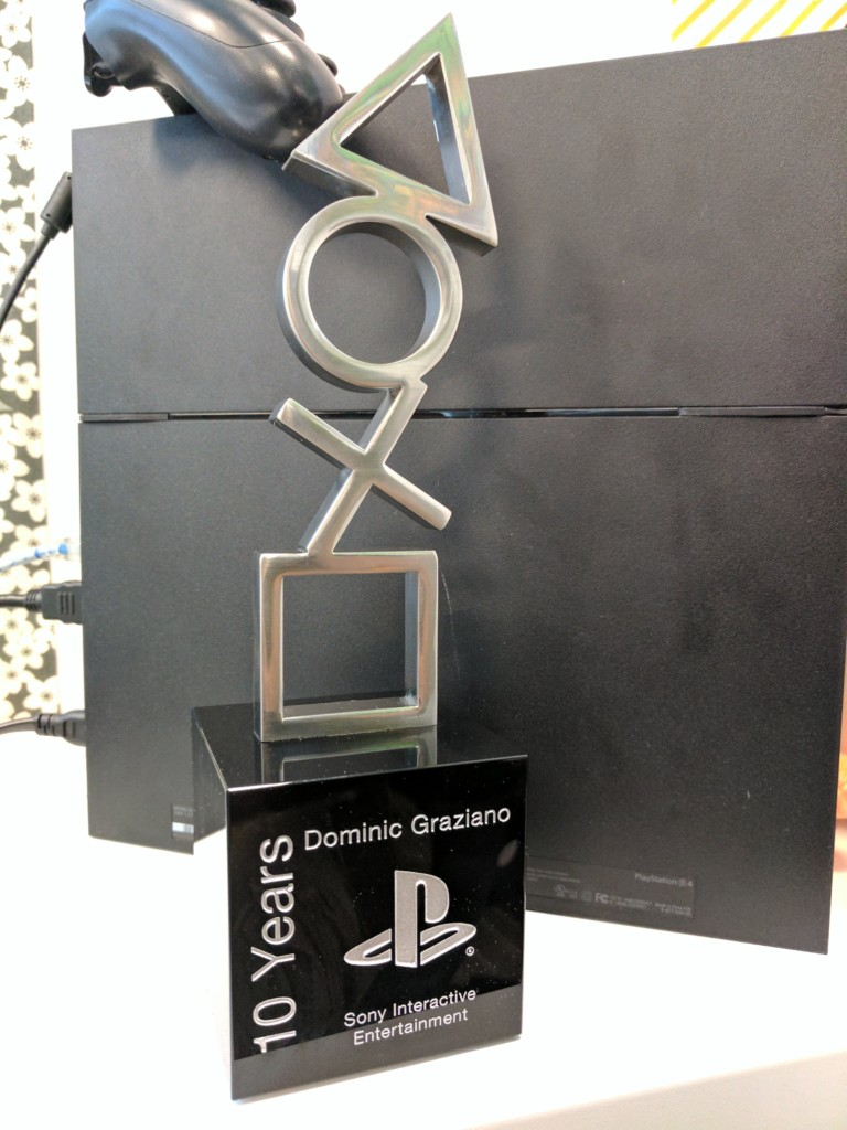 索尼PS的員工拿到「5年里程碑獎」讓網友羨慕狂讚,另一位員工:「來看看10年的獎...」