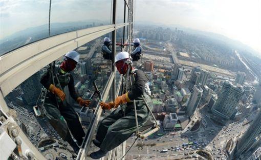 韓41歲男「嫌大樓塗裝工人太吵」,直接「拿刀切斷安全繩」摔下慘死。