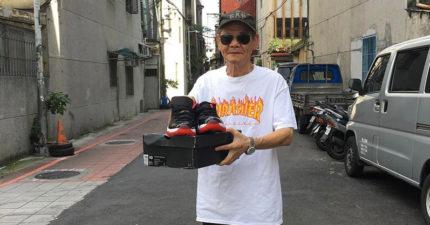 賣喬丹交貨時客人是70歲潮爺爺,他要求幫拍照「第一雙AJ」。下半身潮到網友:「有點自嘆不如」