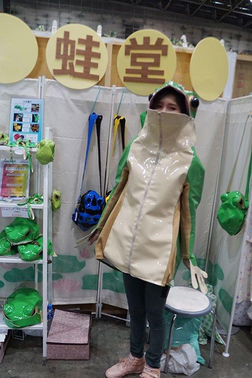 他花3年設計外套「成為真的青蛙」拉上拉鍊「恥度爆表超衝擊」