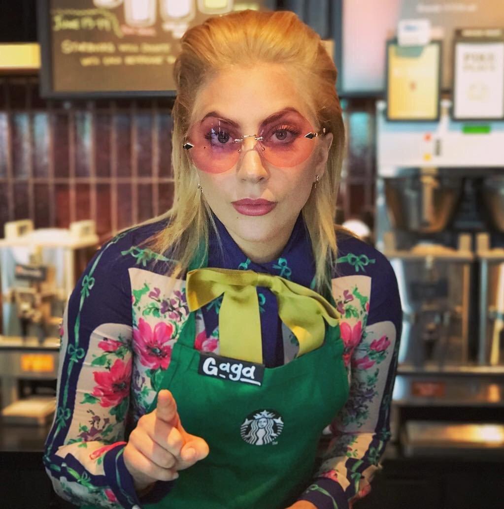 女神卡卡轉行當「星巴克工讀生」,上班第一天就被拍照被客訴「潑灑熱咖啡在我身上」!