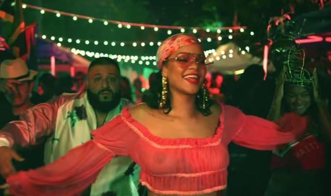 蕾哈娜最新MV「乳首大放送」,「基本上沒穿」突破尺度讓網友失去理智狂噴鼻血!