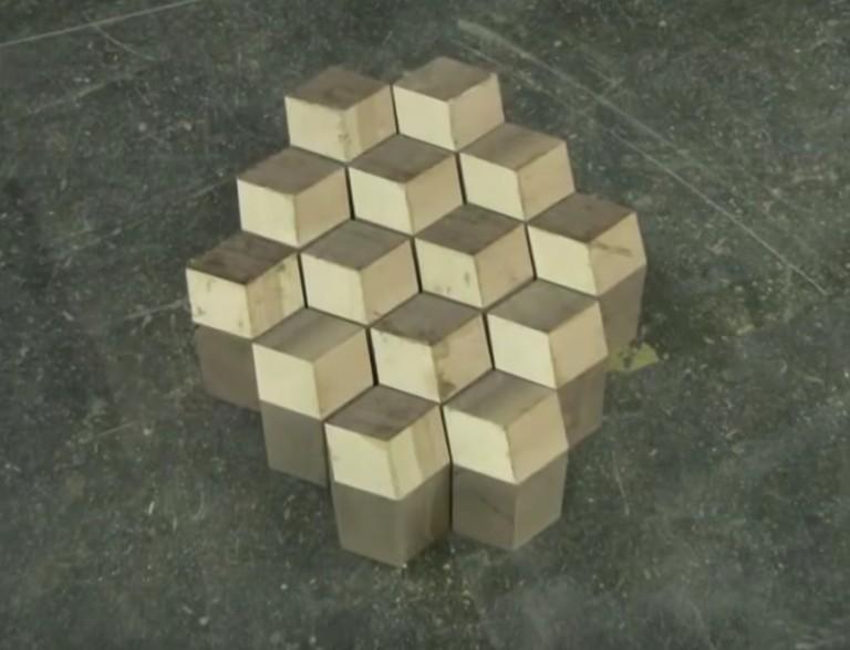 他先把3種木頭排列出3D視覺模樣接著畫上圈圈,完成後會讓你大喊「帥到炸!」 (影片)