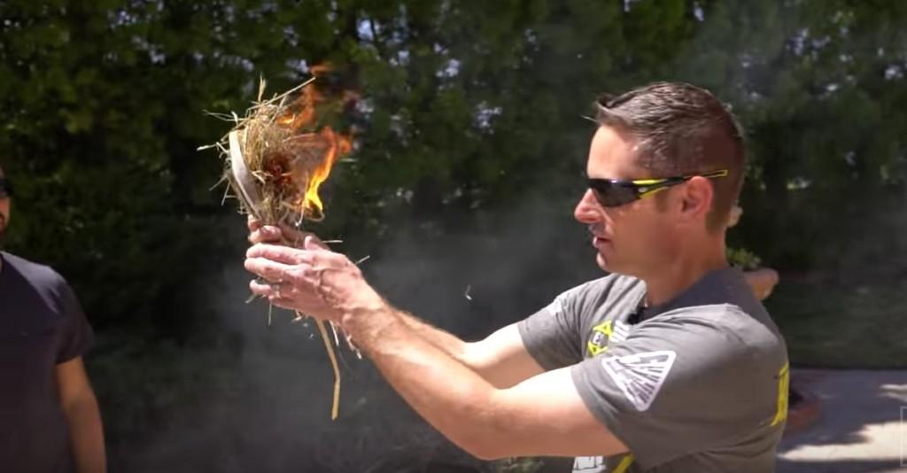 打破你「水不能生火」的錯誤迷思!只需要用「這袋水」就能輕鬆生火,最強野外求生技能!