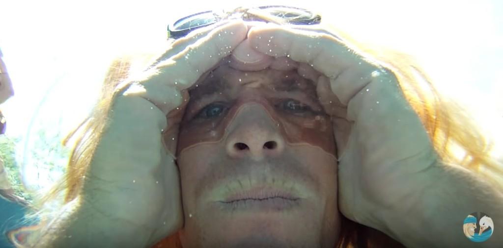 他在水裡用自製的「空氣蛙鏡」超舒服睜開雙眼 看完後讓網友們手刀去玩水!
