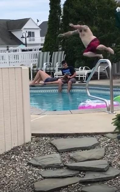 小情侶在泳池旁瘋狂放閃,朋友看不下去為了大義「犧牲自己」!