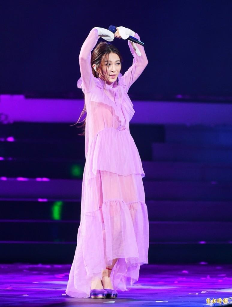 田馥甄穿「性感透明薄紗」被虧要「鞠躬道歉」想讓她走光,她一句話鬧到全場大笑!