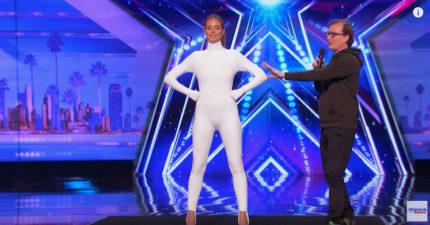 《達人秀》超模穿上「超越次元套裝」,燈光一關掉...震撼全場!