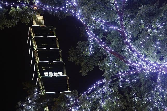 台北101點燈「看見台灣 Green On」悼念齊柏林!路人一抬頭鼻酸秒哭,今晚眉燈將改為「白色」哀悼!