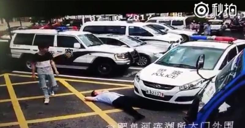 男子想詐騙「假裝被撞」,一發現原來是警車就忽然變得超爆笑...