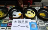 夏天溫度太高讓他在四川街頭賣「太陽能煎蛋」,才賣了一小時就昏死了...
