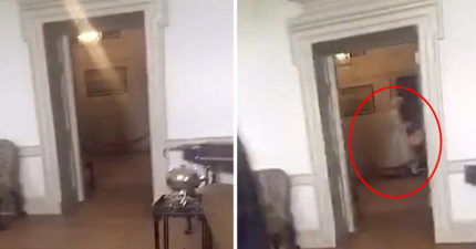 情侶參觀18世紀豪宅,不小心拍到2百年前大火喪命的「女僕幽靈」!(驚悚影片)
