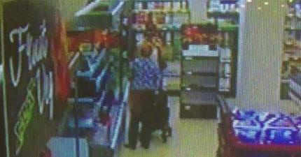 最強阿嬤!小偷抓著阿嬤購物車搶錢,傻傻的沒看到阿嬤手中拿著最致命武器:培根。(影片)