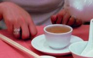「港式飲茶」時你為別人倒茶後,對方「用兩根手指輕敲桌子」到底是代表什麼?