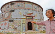 86歲阿嬤花2000萬建造「超宏偉瓷宮」!裡面有6萬多件瓷器「都是她的作品」價值已破億!