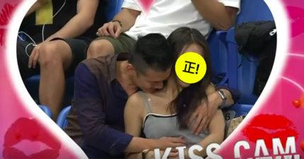 瓊斯盃賽場上拍到「背心正妹笑著被揉胸」引發網友熱論!網友:「這都不傳球的...」