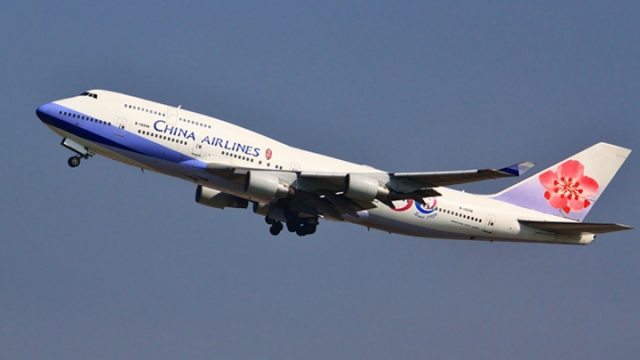 飛機剛關上空姐就「昏睡到打呼」旅客怒批這樣超危險!華航:「她身體不適...」
