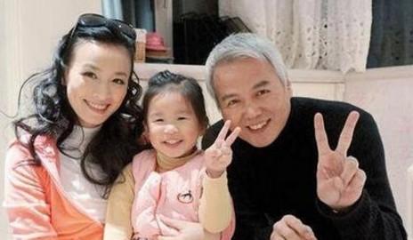 當年林瑞陽選擇小10歲張庭,原來林瑞陽前妻「比張庭更美」女兒現在是最美空姐!