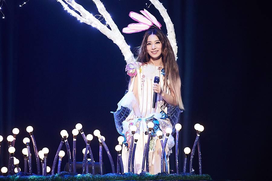 Hebe到北京機場歌迷舉牌「我是甄嫂」,她秒放閃「真正的甄嫂在這」!