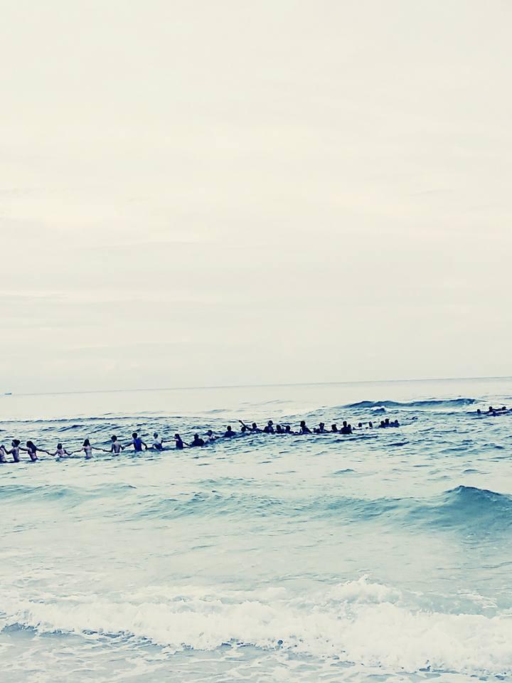 人類最美畫面!9人被困離岸流快支持不住,80人築起人鏈拯救他們!