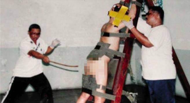 自己人騙不夠!台灣人「假扮檢警」到新加坡詐騙1765萬,4名嫌犯將慘遭「鞭刑」回台後再罰一次!