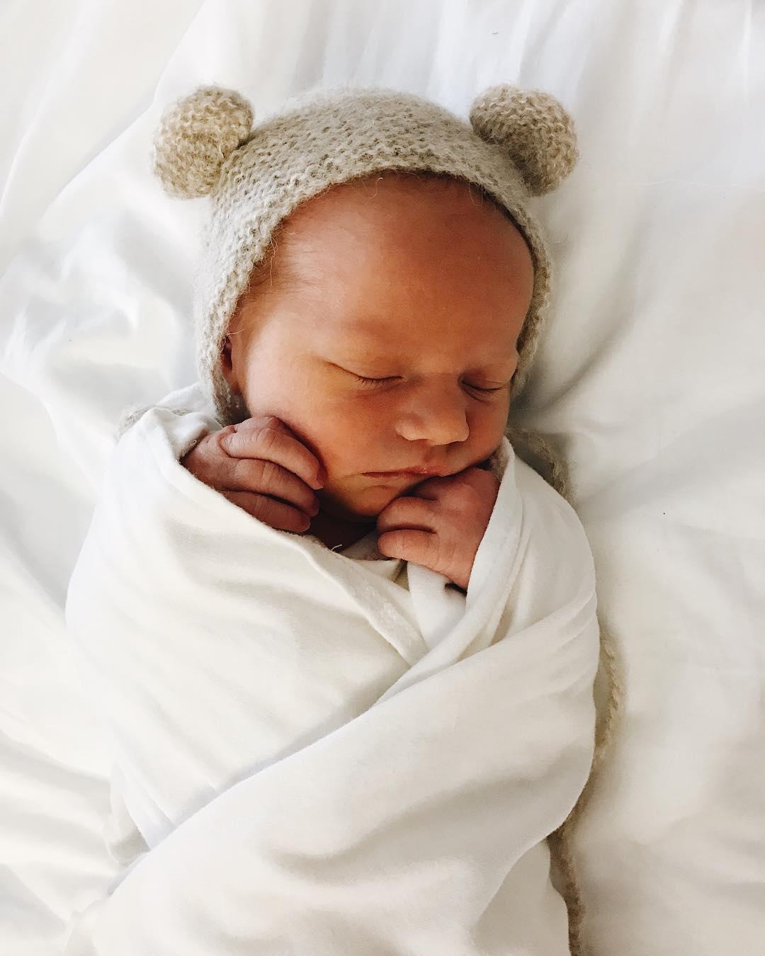 19歲天使級「小鮮肉男模」宣布女兒出生了!「老婆更正」公佈寶寶名字網友傻眼:會討厭爸爸