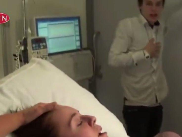 夫妻上電視實境秀「直播生小孩」,孩子出生那刻爸爸「頭頂的綠光」全被觀眾直擊!