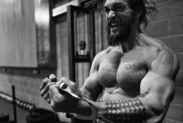 傑森摩莫亞為《水行俠》練出超猛肌肉贏過「雷神索爾」,替身被要求「身材要跟上」坦言快瘋了!
