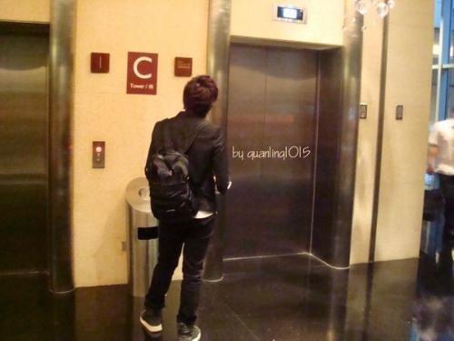 她半夜回家遇到醉漢一起搭電梯,男生「死都不肯進電梯」網友感動讚爆!