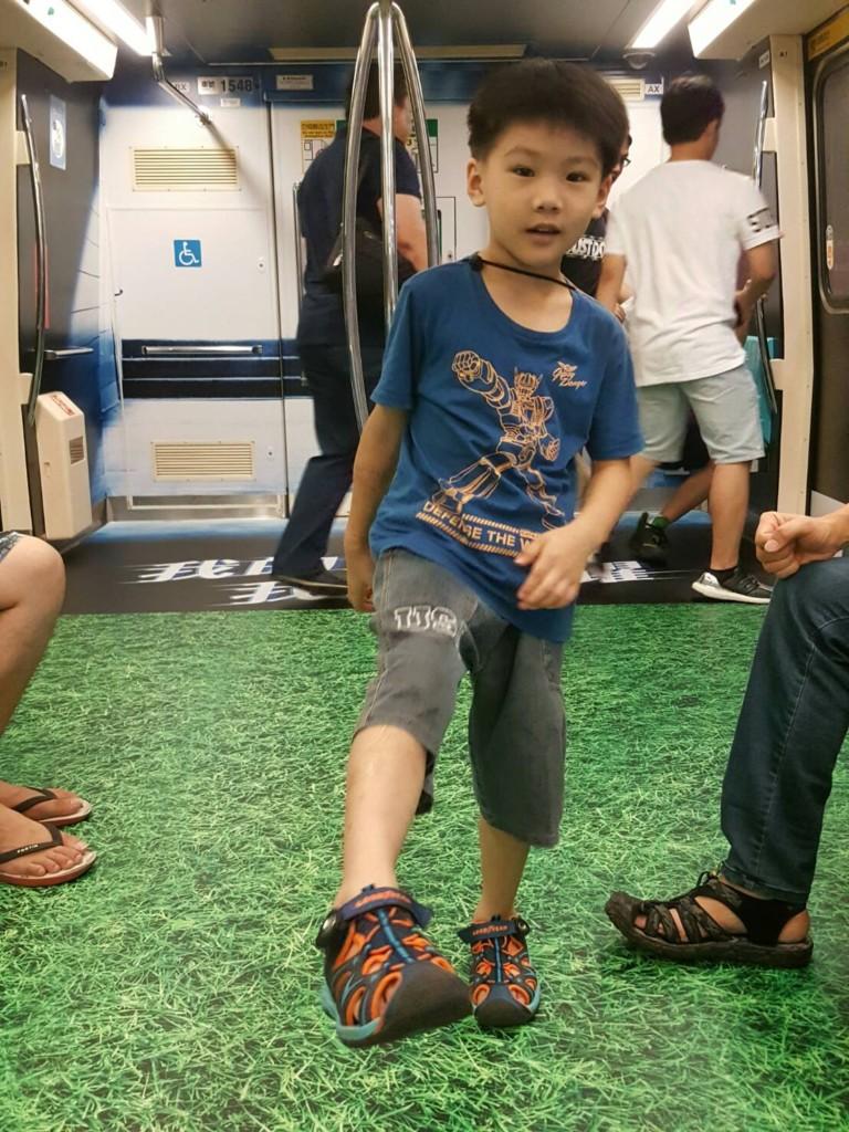 台北捷運超狂設計「地板是水池」夯到國外!「超逼真」網友嚇到不知道該怎麼辦。
