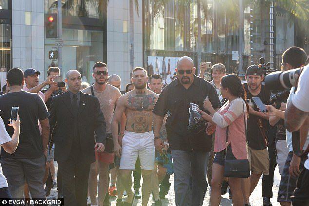 「格鬥天王」康納爾麥格雷戈上身裸逛LV,帥到圍觀粉絲多到像軍隊!