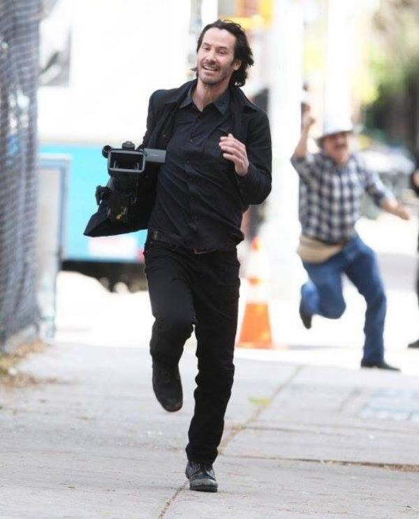 52歲基努李維被偷拍「搶走狗仔攝影機」狂奔街頭,「帥氣爆笑逃跑照」網瘋傳!