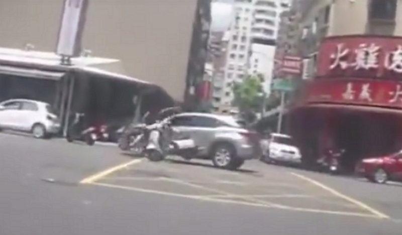 17歲無照男「心虛躲警逆飆車」撞到內臟出血,家長罵:「都是警察的錯!」(影片)
