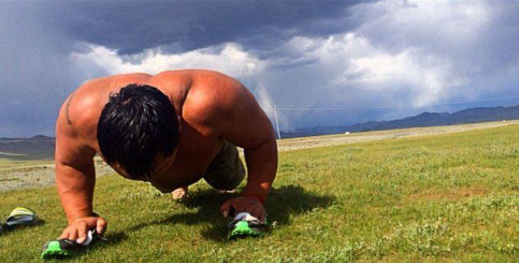 最猛總統!54歲蒙古新總統摔跤猛男出身「刷新奧運金牌紀錄」,頭腦比身材還要強!