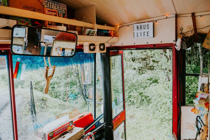 他們將一台校車改裝成「移動式民宿」 入住的客人隔天醒來就已經到別國了!