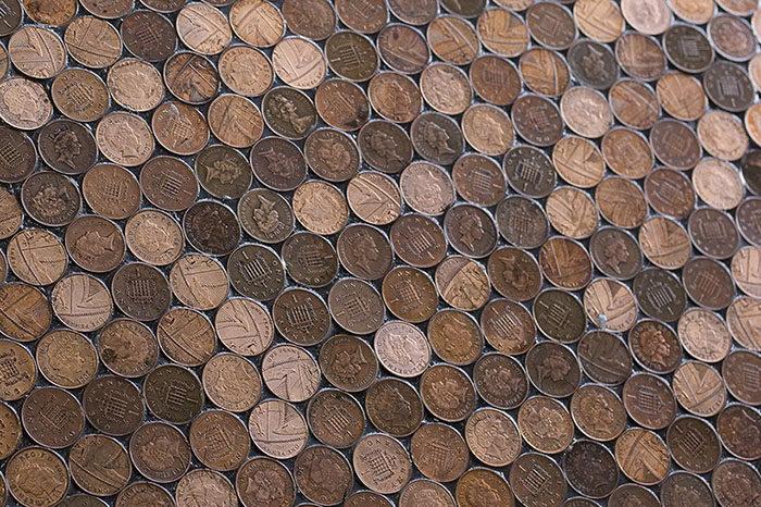 裝潢商報價太貴超出預算,理髮店怒用「7萬個硬幣」鋪設地面!完成後地面「讓他們賺翻了」!