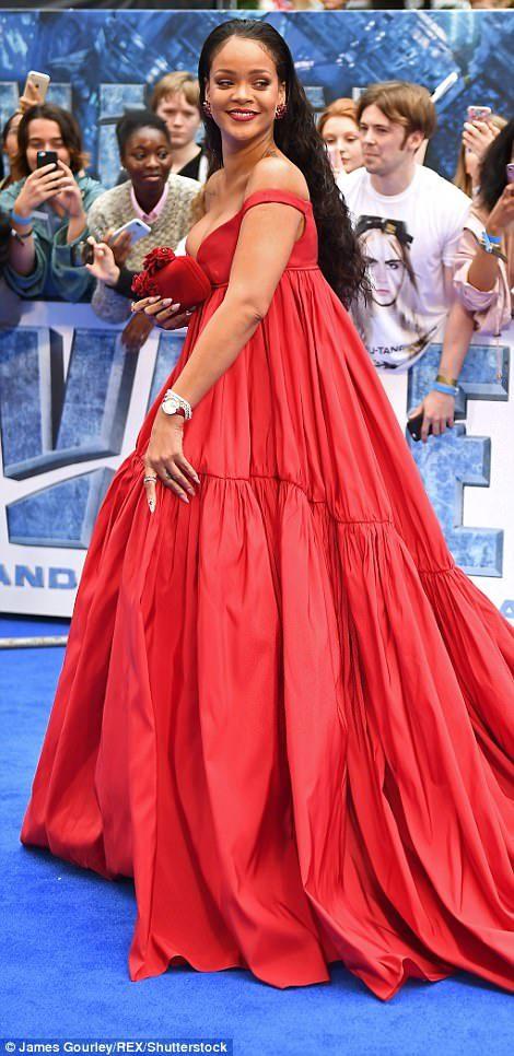 蕾哈娜出席首映會「快炸出來」!連超模卡拉都忍不住偷看!「全身照」被網友譏:懷孕了?