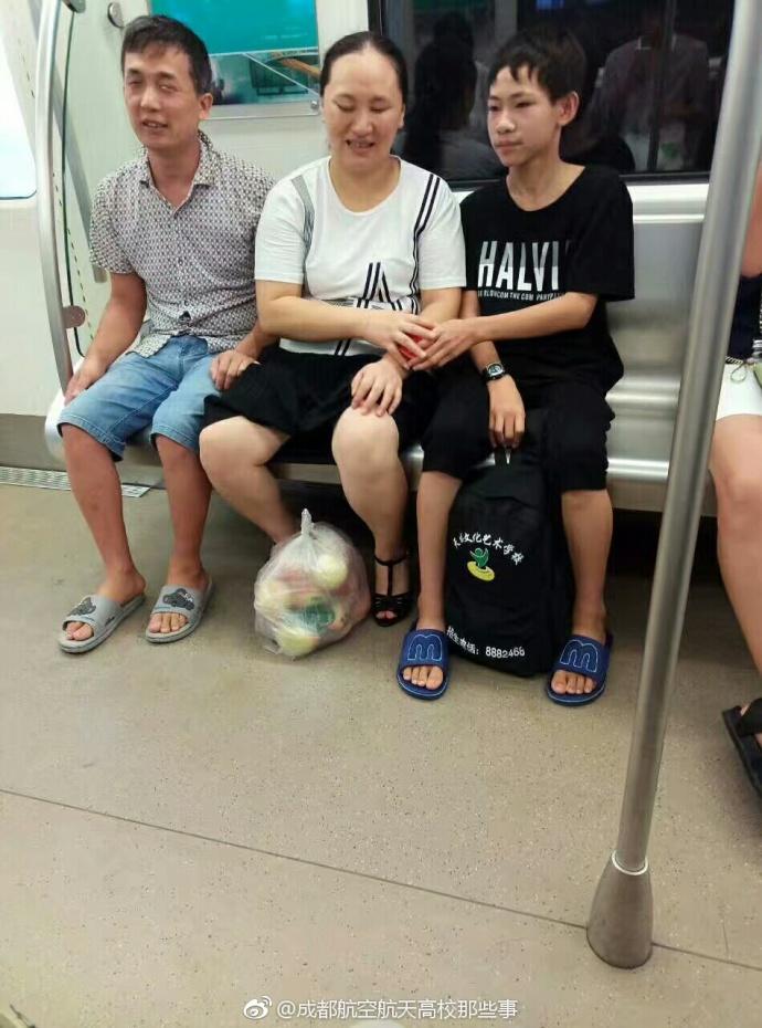 一家三口共用一雙眼!男童貼心當「人肉拐杖」帶眼疾父母搭地鐵,「能做的就做嘛」感動無數網友!