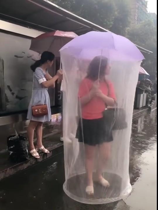 台女用自己DIY「雨傘 + 蚊帳」360度防護照被網友狂笑「移動保險套」!紅到國外變頭條!