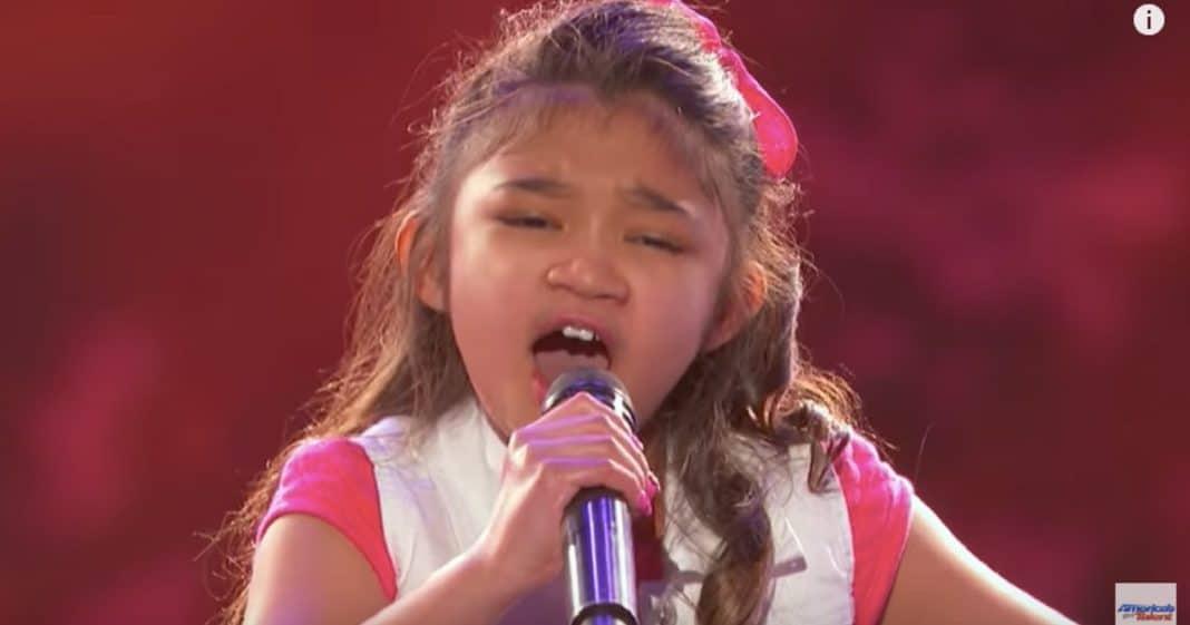 9歲女孩上台說要挑戰的歌「全場起鬨」太難了,第一句好聽到評審不得不按下黃金鈕!
