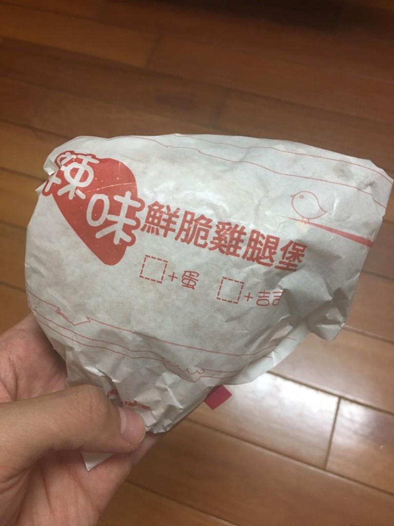 他買丹丹漢堡發現包裝「突一角」,打開後看到「真相」直呼太扯!連前員工也看不下去了...