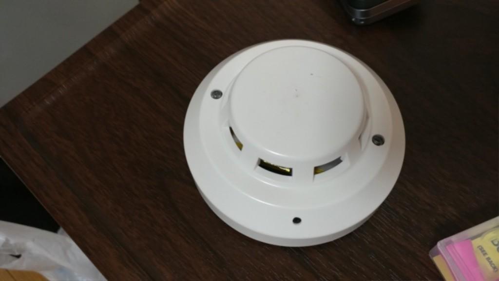 住旅館要小心「煙霧偵測器」!閃綠燈,拔下後臉都綠了!