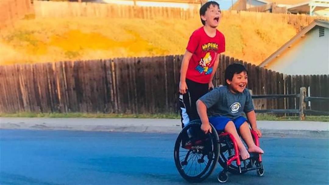 沒錢換輪椅,8歲男孩不忍好友痛苦「自己開網路募款」拯救他!