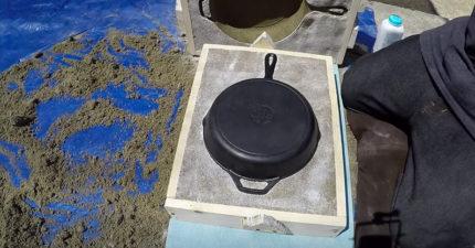 男子在自家後院「用沙子鋪滿平底鍋」,一個全新的「平底鋁鍋」就這樣誕生!