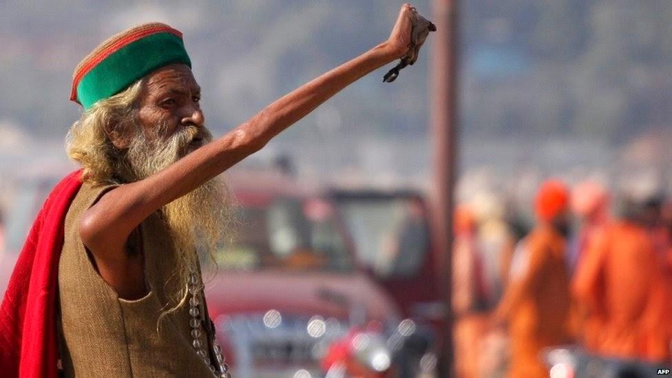 印度苦行僧44年「堅持舉右手」沒放下過,右手嚴重萎縮「手指指甲」近看更是令人害怕!