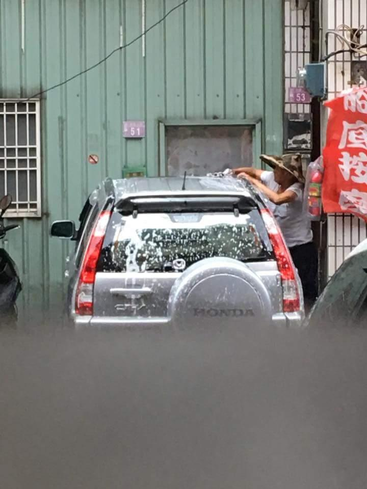尼莎颱風強襲,斗笠阿伯把車上抹滿泡沫就「瀟灑離去」!網友:「超省水省錢又省力!」